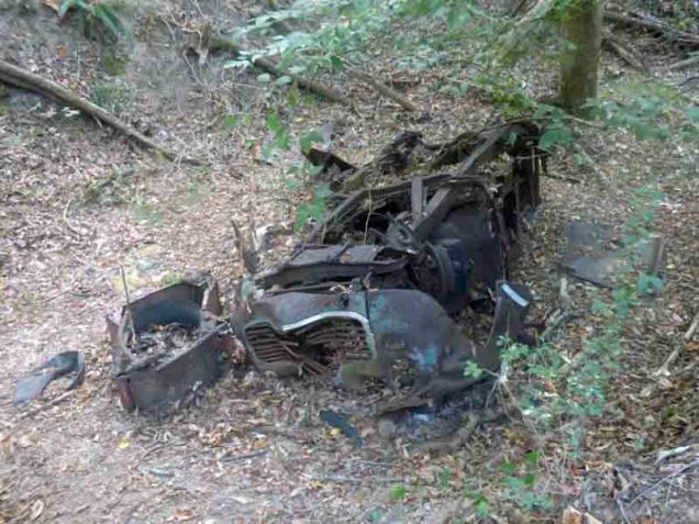 b14-old-car-in-ravine